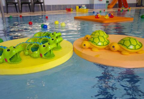 Některé plavecké pomůcky děti motivují a pomáhají jim překonat nejistotu z vody. Foto: www.juklik.cz