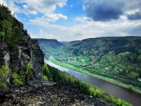 Okouzlující pohled na skalní masivy tyčící se nad řekou. Foto: www.ceskesvycarsko.cz