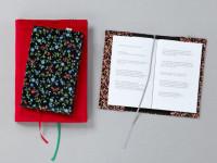 Kolekce sametových obalů zaručí, že se knihy zbytečně nepoškodí. Foto: www.nkp.cz