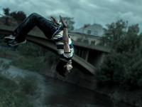 Akrobatické kousky, za kterými stojí hodiny plné dřiny, to je parkour.