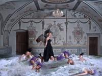 Unikátní fotografie s názvem Dancing with the swans, která je také součástí výstavy. Foto: Rossano Maniscalchi