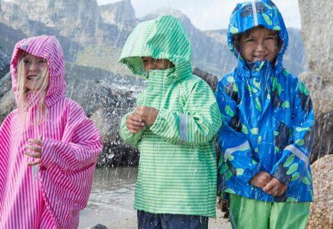 S kvalitním a funkčním zůstanou děti v suchu a teple i v tom největším dešti. Foto: www.reima.com