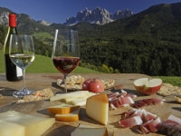 Na letošním festivalu chutí bude hlavní roli mít víno, šunka a jablka.  Foto: www.gourmetfestival.it