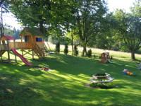 Velké zahradě vévodí kolotoč, houpačky, skluzavky a prolézačky.