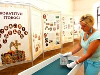 Aranžérka Míla Gregůrková chystá výstavu v malém výstavním sále zlínského zámku. Foto: Archív MJVM