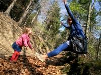 Třítelá Mařenka chytá padající matku na adrenalinovém výletě na Valašsku. Foto: Jan Rybář