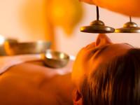 Naučte se odpočívat za pomoci masážního tibetského rituálu se zpívajícími mísami. Foto: www.grundresort.cz