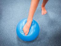 Při cvičení vždy velmi záleží na povrchu, na kterém děti sportují. Foto: www.monkeysgym.cz