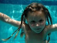 Plavání milují nejen děti. Foto: www.juklik.cz