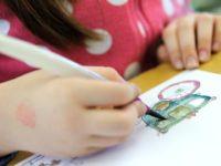 Je důležité naučit děti správně držet psací náčiní. Foto: www.aladine.cz