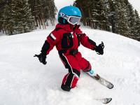 Pro lyžařské začátky volte hravou a zábavnou formu, aby si dítě vybudovalo k lyžování kladný vztah. Foto: www.skibi.cz