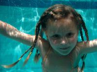 Voda je pro většinu dětí jedno velké přirozené a radostné dobrodružství. Foto: www.juklik.cz