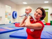 Cvičení, při kterém místo závaží maminky využijí svoji ratolest. Foto: www.monkeysgym.cz