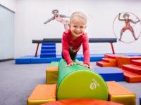 Lekce cvičení jsou často prvním místem, kde se děti setkávají s jinou autoritou než rodinnou. Foto: www.monkeysgym.cz