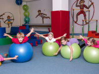 Málokterá cvičební pomůcka má při pohybové výchově dětí tak široké využití jako overball. Foto: www.monkeysgym.cz