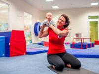 V prvních měsících jde hlavně o vhodnou manipulaci s miminkem a stimulací aktivních bodů. Foto: www.monkeysgym.cz