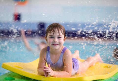 Učit plavat své dítě je pro rodiče docela dřina a ne každý na ni má čas i schopnosti. Foto: www.juklik.cz