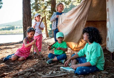 Pestré a kvalitní oblečení využijete během celých prázdnin. Foto: www.reima.com tábor i do kempu
