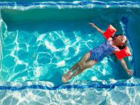 Ať už mají děti sebelepší plaveckou pomůcku, nespusťte je ve vodě z očí! Foto: www.reima.com