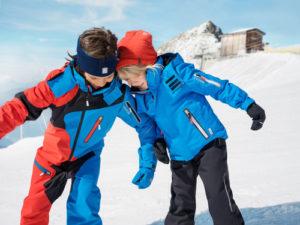 Zimní sportování a hry na sněhu vyžadují oblečení, které neomezuje v pohybu, je přiměřeně teplé, prodyšné a především dokáže odolávat vlhku