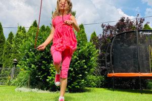 Zejména menší děti nadchnou nejrůznější přeskoky a hry se švihadlem. Foto: www.monkeysgym.cz
