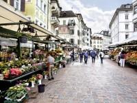 Trhy v centru Bolzana jsou vyhlášené. Seženete tu čerstvou zeleninu, ale i další místní produkty jako třeba sýry, špek či vína. Foto: www.suedtirol.info