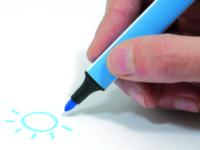 Správný úchop psacího náčiní je jedna z dovedností, kterou by dítě mělo zvládat ještě před nástupem do školy. Foto: www.aladine.cz