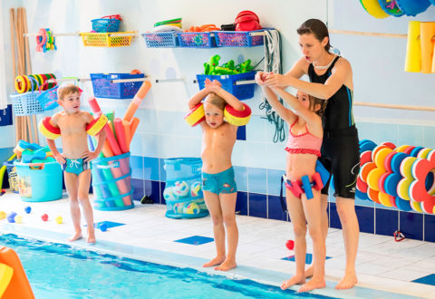 Pestrý program se zaměřením na plavání čeká na děti příměstském táboře v pražském Baby Clubu Juklík. Foto: www.juklik.cz