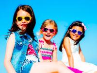 Důležité je naučit děti odmalička nosit kvalitní sluneční brýle s UV filtrem. Foto: www.skibi.cz