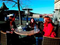 Posezení venku může být příjemné i na podzim a v zimě. Foto: www.4camping.cz