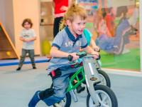 Při cvičení a jíždě na odrážedle dětem odpoledne rychle uteče. Foto: www.monkeysgym.cz