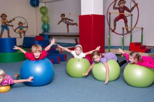 Dítě předškolního věku by mělo mít tři hodiny denně přirozeného pohybu. Foto: www.monkeysgym.cz