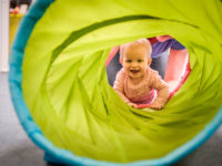 Prolézání tunelem je vždy zábava. Foto: www.monkeysgym.cz